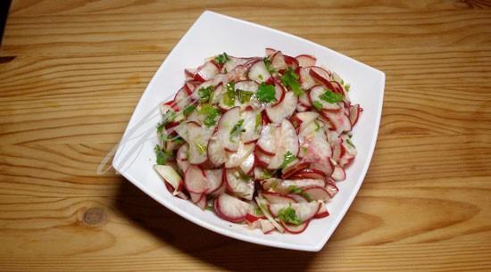Салат из редиски и чесноком